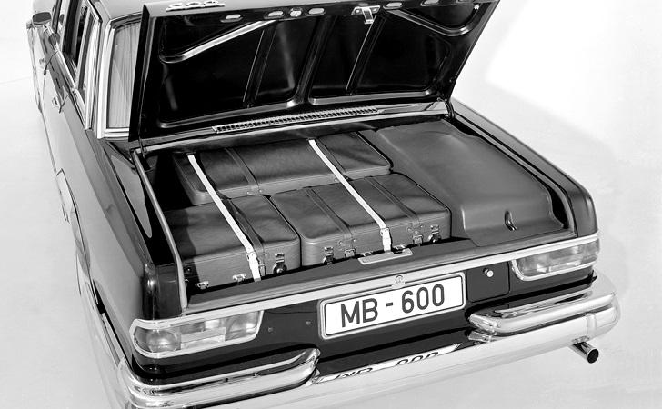 Der geräumige Kofferraum mit Spezial-Koffersatz. Mercedes-Benz Typ 600 Limousine aus dem Jahre 1963