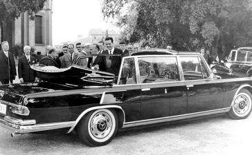 Mercedes-Benz Typ 600 Pullman-Landaulet (4 Türen) Sonderausführung für Papst Paul VI. (in der Mitte am Wagen), aus dem Jahr 1965. Personen von links: Walter Hitzinger und Fritz Nallinger.